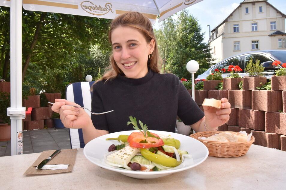 SZ-Volontärin Angelina Sortino testet in Restaurant Akropolis in Freital das vegetarische Angebot.