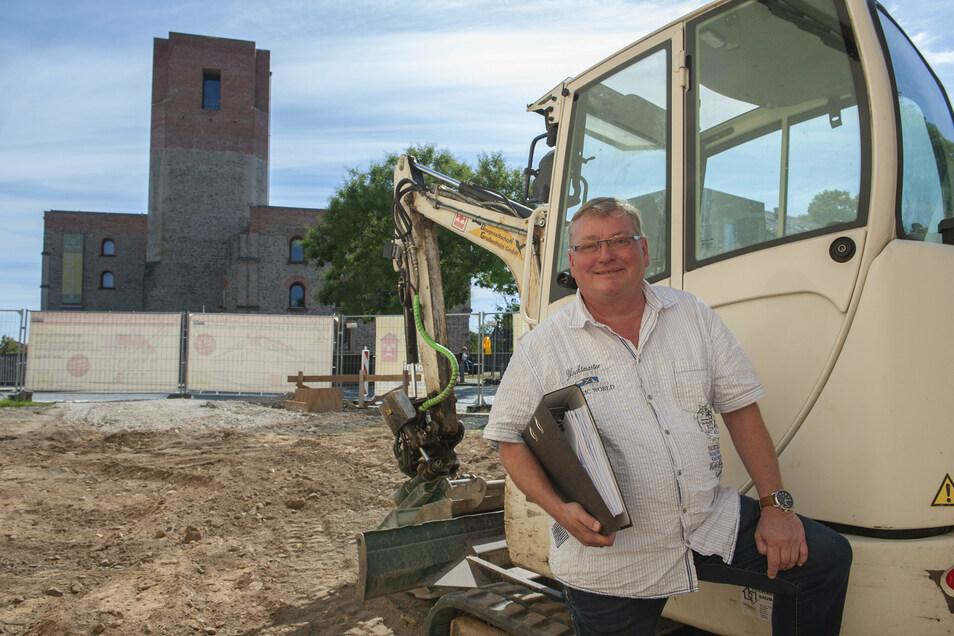 Wieder Grund zum Lachen: Nach der dreimonatigen Corona-Zwangspause hofft Makler Jörg Heller nun auf einen reibungslosen Baubeginn in der Großenhainer Frauengasse.