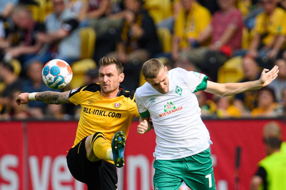 Umkämpftes Spiel mit Vorteilen für Dynamo, hier Michael Sollbauer im Duell mit Marvin Ducksch.