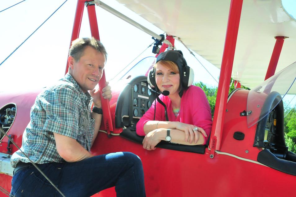 Der Mann, dem schon Elmar Wepper vertraute: Moderatorin Beate Werner startet mit Pilot Jan Meißner nach Riesa.