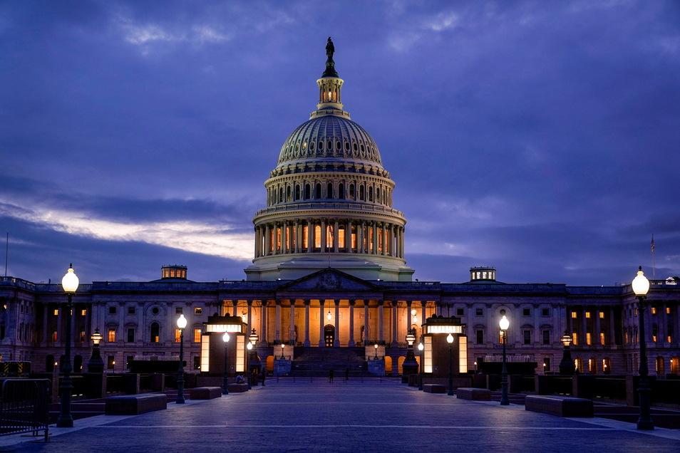 Das Licht in der Kuppel des Kapitols leuchtet und zeigt an, dass die Arbeit im US-Kongress weitergeht.