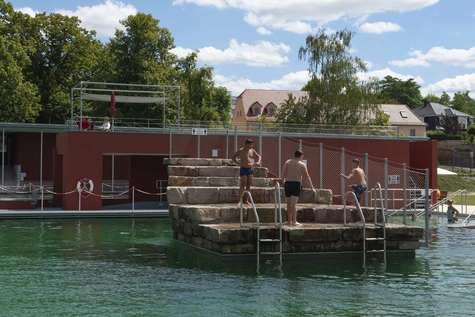 Im Großenhainer Naturerlebnisbad kann der Sprungfelsen jetzt wieder genutzt werden.
