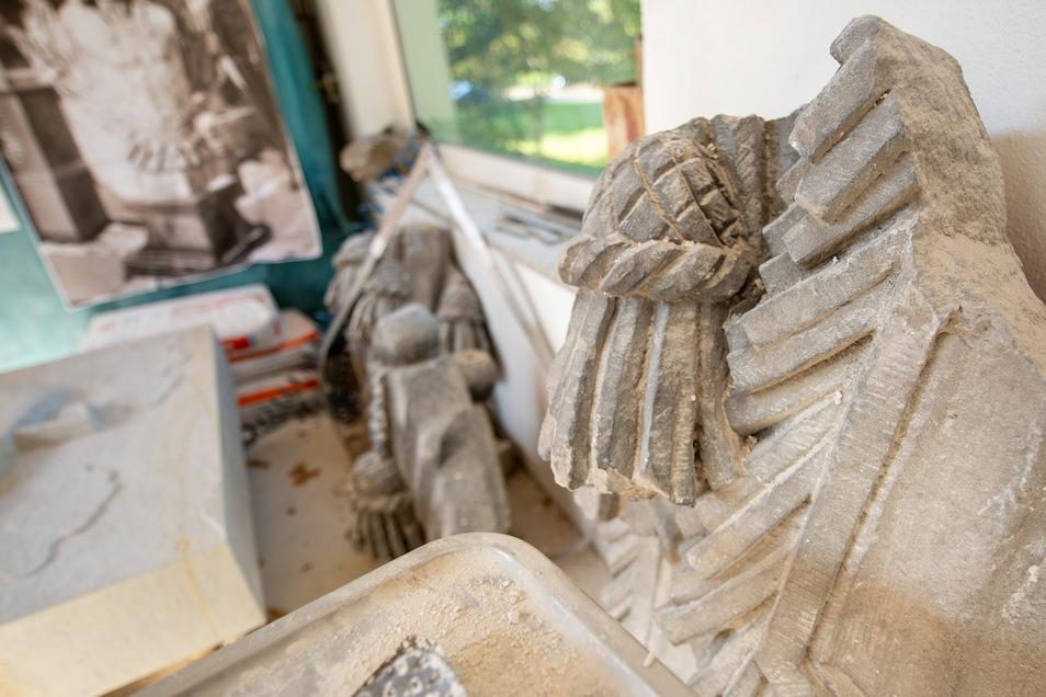 Diese Originalstücke der gesprengten Potsdamer Kirche dienten Tilmann Richter als Arbeitsgrundlage.