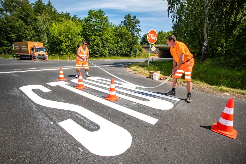 An der unfallträchtigen Kreuzung am Abzweig Naußlitz sind am Mittwoch zusätzliche Markierungen zum Hinweis auf die Stoppstraße aufgebracht worden.