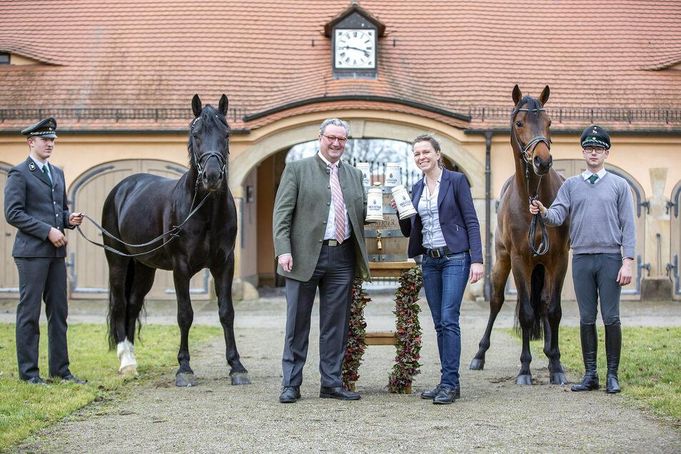 Brauerei-Chef Eric Schäffer und die Geschäftsführerin des Landgestüts Kati Schöpke besiegelten eine langjährige Zusammenarbeit
