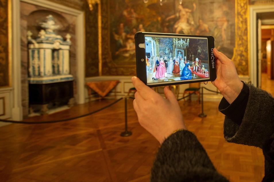 August der Starke empfängt 1728 seine Gäste im Monströsensaal von Schloss Moritzburg. Und die Besucher im Jahr 2021 sind dank des neuen Tablet-Guides mittendrin.