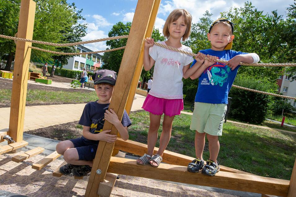 Joel, Larissa und Adrian (v.l.) auf dem neuen Spielplatz in Copitz: Vom Kind bis zum Senior ist für jeden etwas dabei.