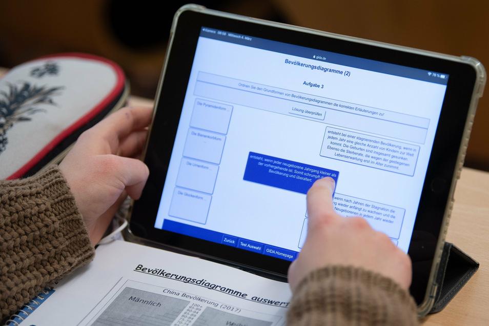 Eine Schülerin arbeitet mit ihrem iPad im Unterricht.