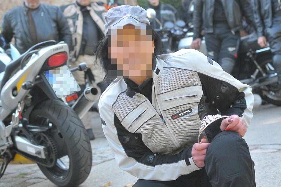 Die Geschädigte bei einer Motorradausfahrt. Sie und den Tatverdächtigen verband auch die Liebe zu schneller Motorrädern.
