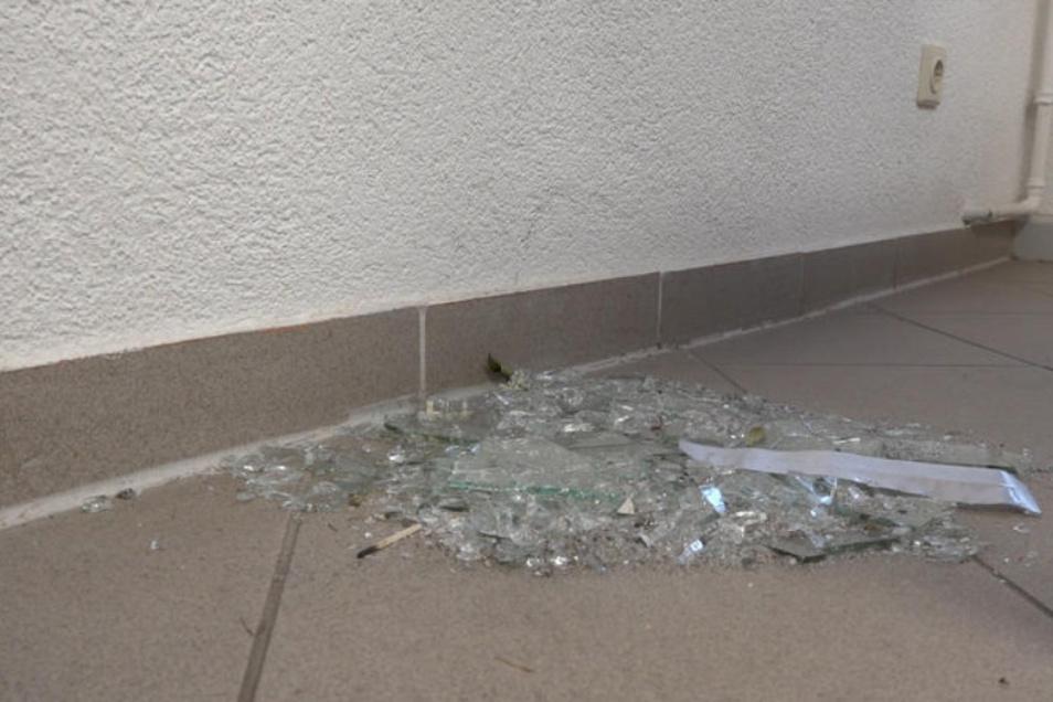 Im Gebäude lagen die Scherben des zerschlagenen Fensters herum, über das die Diebe ins Gebäude eingestiegen sind.
