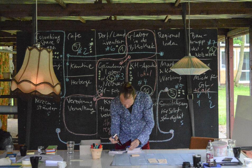 """Einen Platz für die Erarbeitung kreativer Ideen zum Wohle aller gibt es im Ladenlokal """"ahoj"""" in der Landeskronstraße. Dafür können sich Gründer bewerben."""