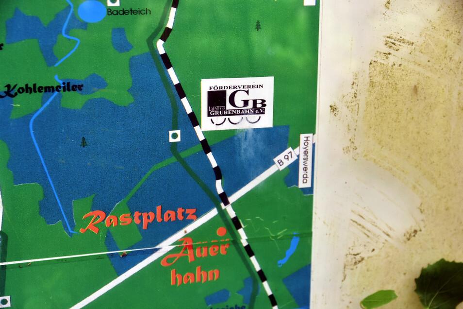 Auf dieser rund 25 Jahre alten Karte am Rastplatz Auerhahn ist die Grubenbahn samt Vereinslogo noch präsent.