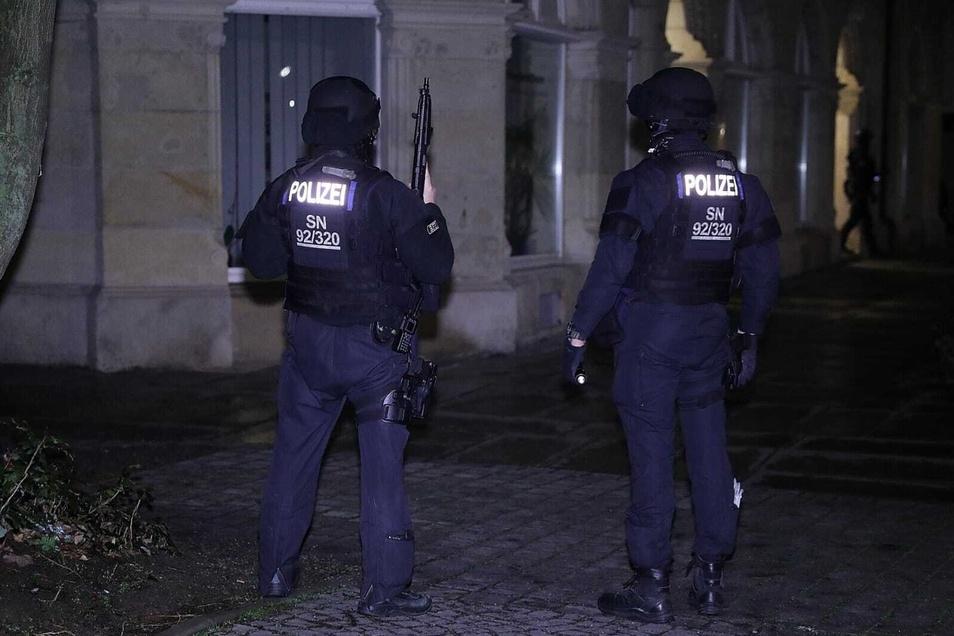 SEK-Beamte am frühen Morgen beim Einsatz auf der Dresdner Alfred-Althus-Straße.