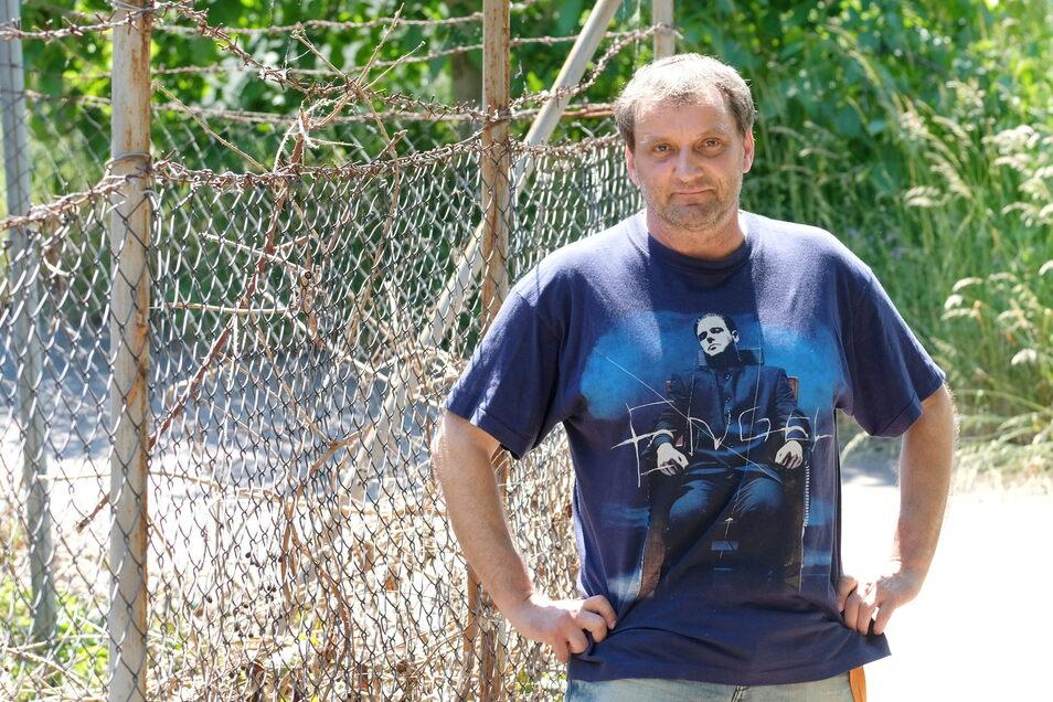 Der Lehrer aus Riesa hat den Glauben an Rammstein verloren. Nur für das Foto hat er seine Fan-Shirts ein letztes Mal aus der Mottenkiste geholt.