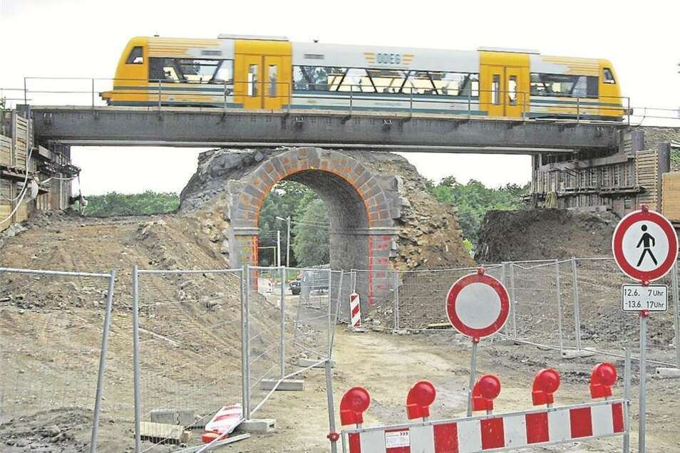 Die alte Bahnbrücke an der Neustädter Straße musste schon 2009 weichen. Der Nachfolger wurde breit genug für die die Tangente.
