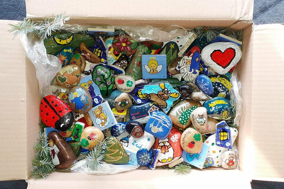 Das Weihnachtspaket der PIRsteine: voll mit individuell bemalten Steinen.