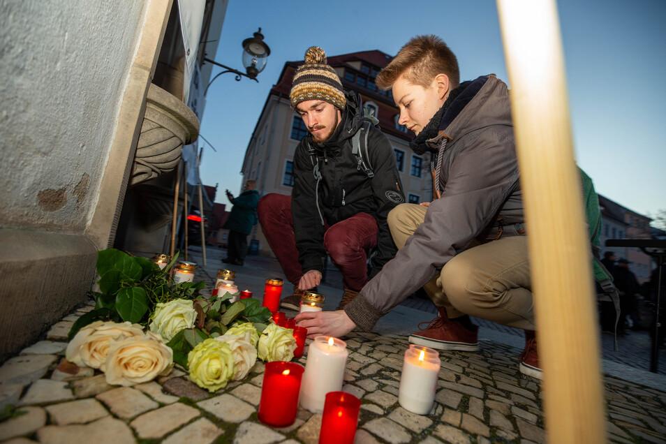 In Gedenken an die Ermordeten wurden Kerzen angezündet.