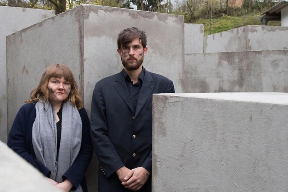 Vor zwei Jahren: Mitglieder des Künstlerkollektivs ZPS stehen in einem verkleinerten Nachbau des Berliner Holocaust-Mahnmals in Sichtweite des Grundstücks von AfD-Politiker Björn Höcke.