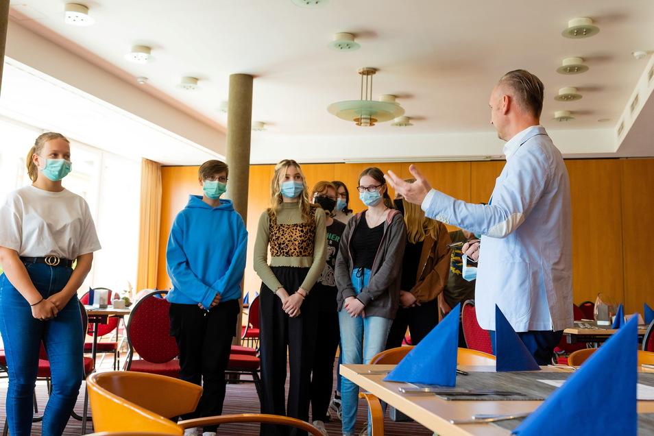 Hoteldirektor Sandro Reichel führt eine Schülergruppe durch das Best Western Hotel Plus in Bautzen.