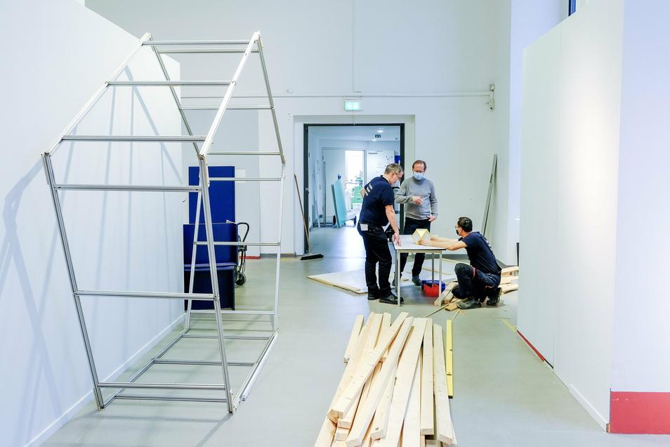 Mitarbeiter des Dresdner Verkehrsmuseums bereiten die neue Sonderausstellung zur Raumfahrt vor, die ab 1. März zu sehen sein soll