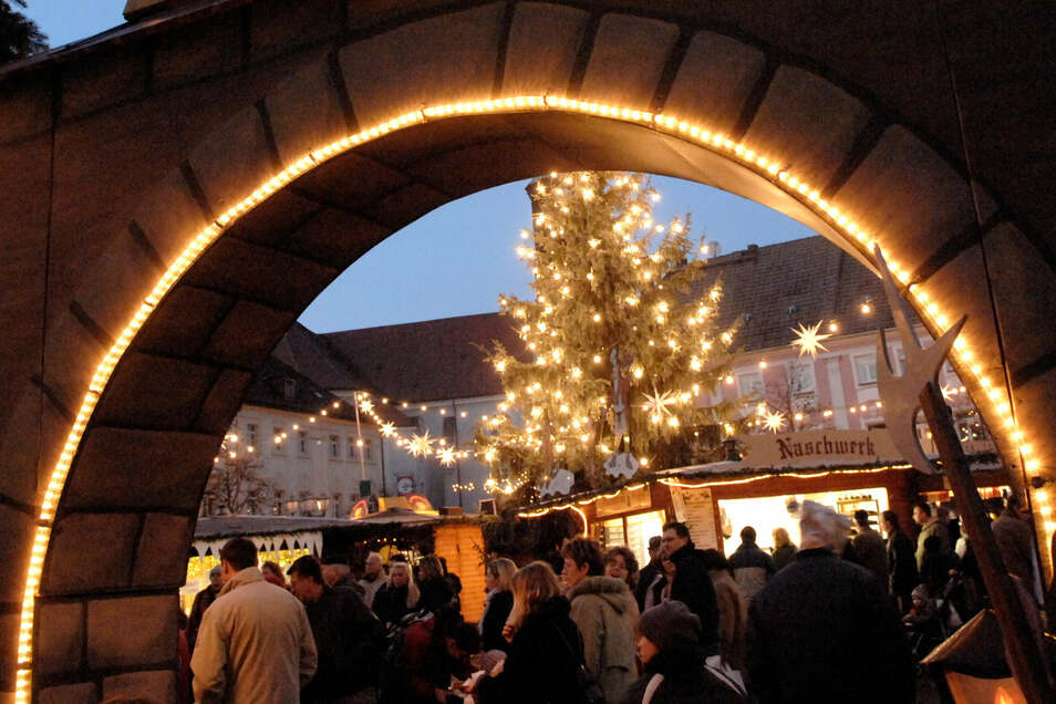 Lang ist es her: Vor 13 Jahren entstand diese Aufnahme, in der Großenhains Weihnachtsmarkt wie immer gut besucht war. Eine heimelige Atmosphäre, welche die Organisatoren dieses Mal fordern wird.