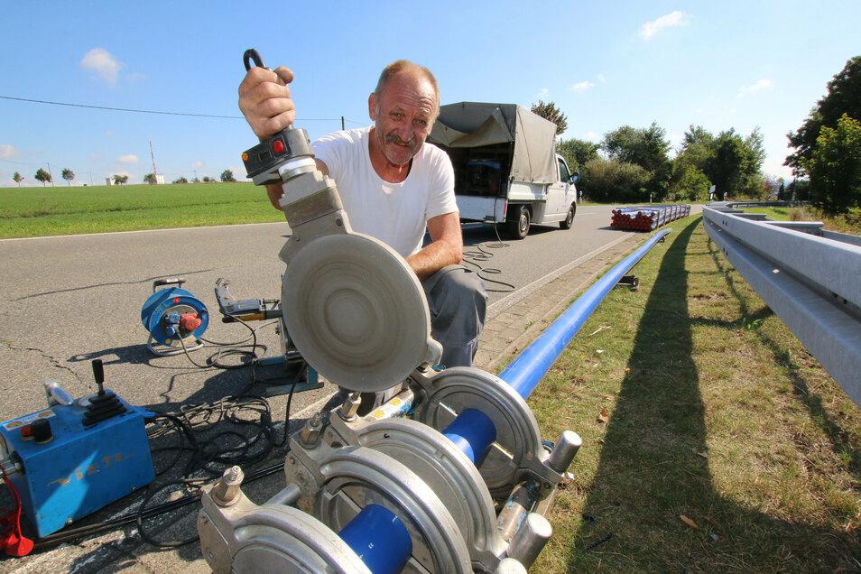 Fred Bormann von der Firma Erdmann Bau in Mügeln schweißt die Wasserrohre zusammen, die später im Bohrspülverfahren in die Straße eingebaut werden.