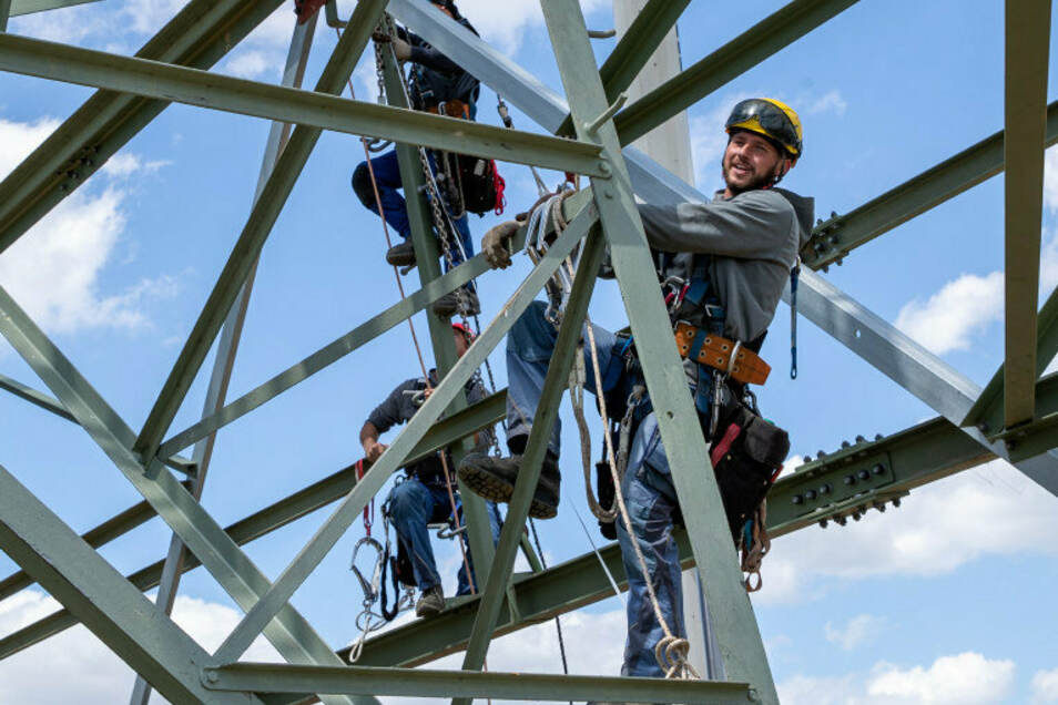 So macht die Arbeit Laune: Bei Sonnenschein und moderatem Wind steigt Monteur Roman Beu auf den Freileitungsmast bei Heidenau. Fünf Stunden wird er da oben bleiben.