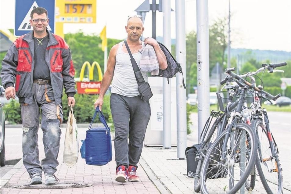 """Der """"Burger des Monats"""" ist Gunnar Jäkel und Armindo Ferreira da Silva egal. Sie kommen fast jeden Tag zur McDonalds-Filiale im Elbepark, aber essen hier so gut wie nie etwas. Das Fast-Food-Häuschen ist für sie und Dutzende andere nicht mehr als ein guter Treffpunkt, der beste Platz, um so schnell wie möglich auf die Autobahn und zur Arbeit zu kommen. """"Schnell"""" ist allerdings relativ, denn meistens sind ihre Wege lang. Die beiden arbeiten als Pflasterer und müssen zur jeweils aktuellen Baustelle ihrer Firma pendeln. Mal nach Cottbus, mal nach Bremen. Derzeit geht es für ein paar Monate nach Doberlug-Kirchhain. Montags bis freitags auf jeden Fall, manchmal auch bis Sonnabend. """"Nur, wenn es wirklich wie aus Kannen gießt, sind wir nicht im Einsatz"""", sagt Gunnar Jäkel. Bei jeder anderen Wetterlage heißt es: Schluss ist, wenn keine Arbeit mehr auf der Straße liegt. Und so steigen sie meist schon früh um sechs zu zwei Kollegen ins Auto . """"Wir sind eine Fahrgemeinschaft, das ist am praktischsten und spart Benzingeld."""" Zurück geht es ebenfalls gemeinsam, oft kommen sie erst abends halb acht wieder vor der Burger-Filiale an. Viel geredet wird auf den Fahrten nicht. Einer sitzt am Steuer und die anderen drei holen Schlaf nach."""