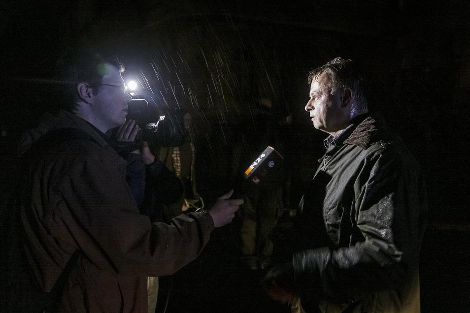 Das nie dagewesene Hochwasser an der Neiße zog in jenen August-Tagen auch viele überregionale Medien nach Görlitz. Hier gibt der damalige Oberbürgermeister Joachim Paulick dem Nachrichtensender ntv ein Interview.