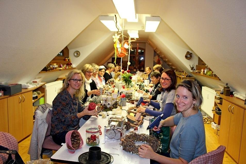 Kleben, flechten, malen, knüpfen und kreieren – die Landfrauen aus Schwarzkollm sind sehr kreativ. Hier laufen die letzten Vorbereitungen für die Advents- und Weihnachtszeit.