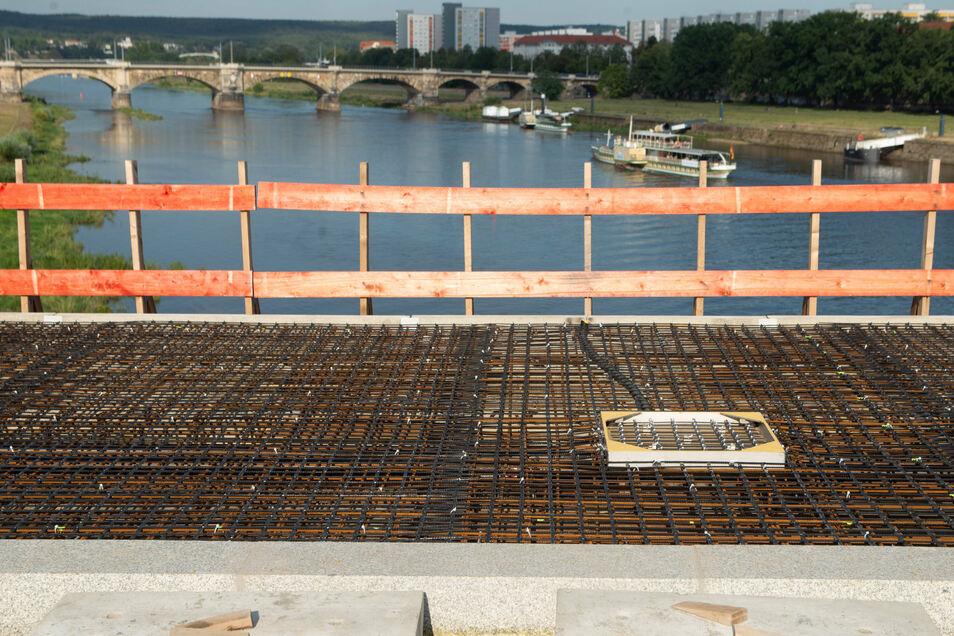 Auf der Stahlbewehrung liegen auf der Neustädter Seite die Matten aus Basalt schon bis zur Brückenmitte. Durch diesen besonderen Baustoff wird es möglich, den Geh- und Radweg zu verbreitern.