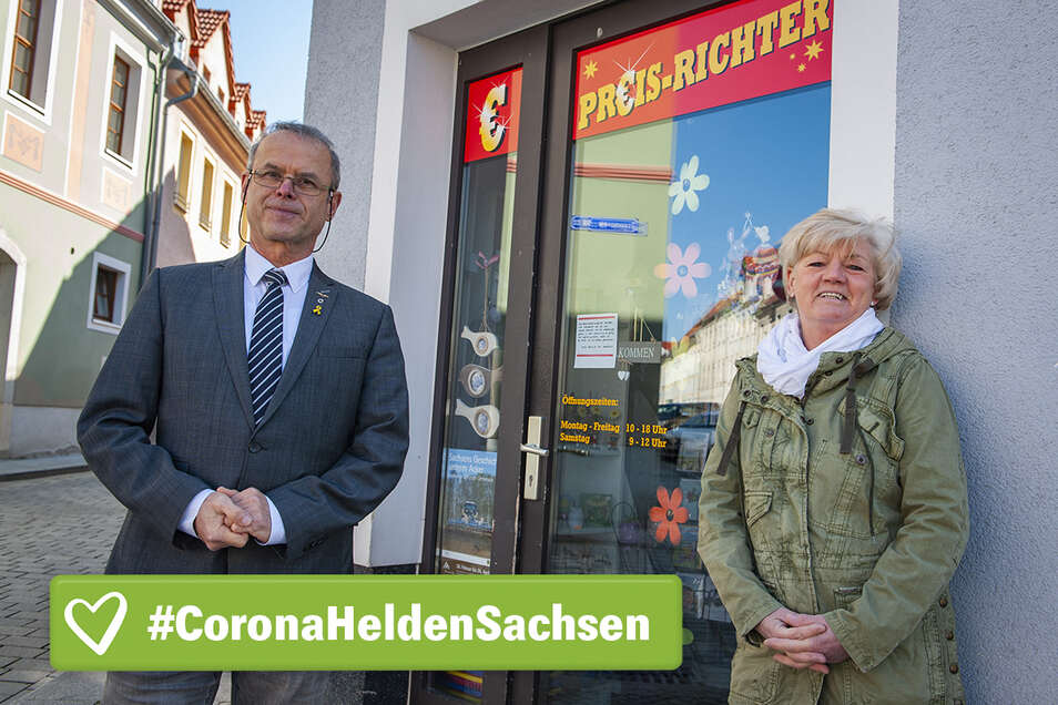 """Hausbesitzer Armin Benicke (l.) erlässt dem Laden """"Preis Richter"""" auf der Dresdner Straße/Ecke Schlossstraße die Miete. Für Verkäuferin Jutta Lützner ist das ein gutes Zeichen für ihren Job."""