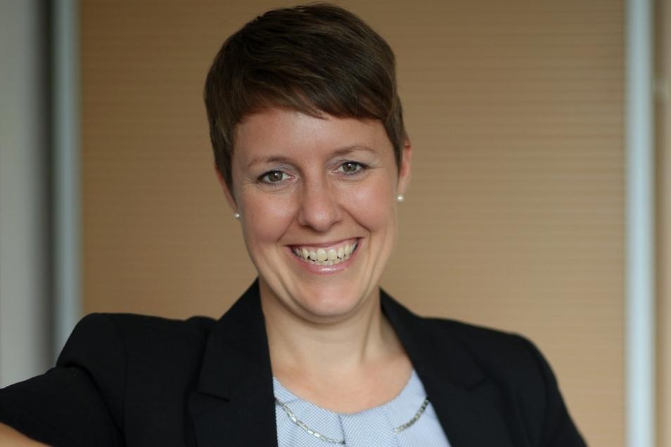 Caroline Scholz leitet seit dem 1. Juli die Standortkommunikation bei Wacker. Dafür pendelt sie jeden Tag rund 90 Kilometer die Elbe entlang.