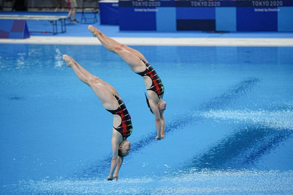 Synchron und sehr elegant tauchen Lena Hentschel (links) und Tina Punzel ins Olympiabecken von Tokio ein.