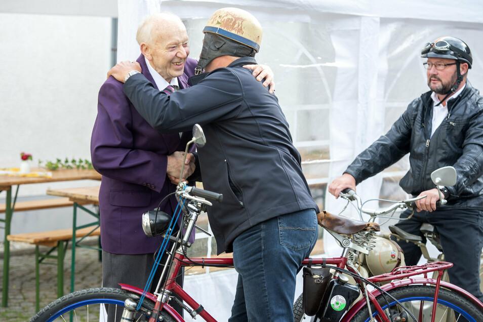 Zum 70-jährigen Arbeitsjubiläum von Konrad Dachsel (l.) in Ebersbach gratulieren ihm auch Sänger seines Männergesangsvereins, die extra auf alten Simsons und Motor-Fahrrädern gekommen sind.