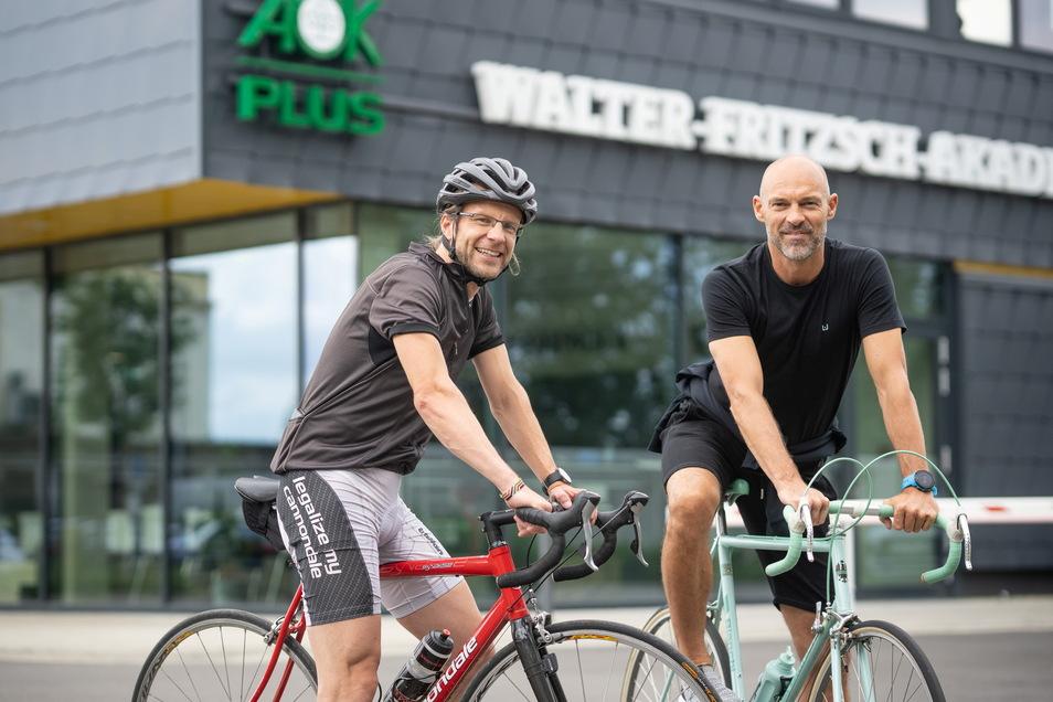 Dynamos Cheftrainer Alexander Schmidt und SZ-Sportchef Tino Meyer in der Walter Fritzsch Akademie auf ihren Rennrädern.