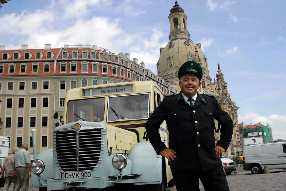 Auch in Dresden gibt es Stadtrundfahrten per Oldtimerbus. Das Archivbild zeigt Busfahrer Bernd Rockstroh.