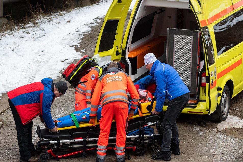Die Notfallkette funktioniert. Schon kurz nach dem Sturz ist der Krankenwagen an der Bahn.