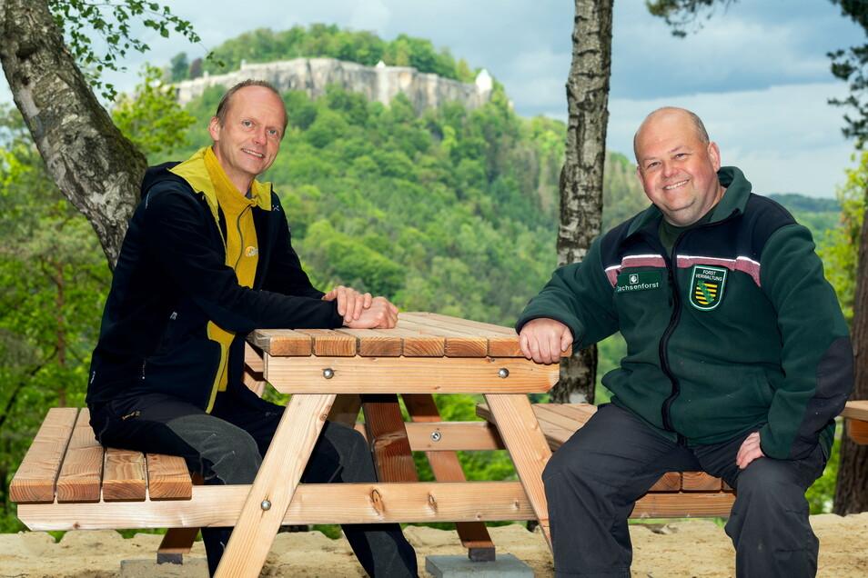 Sitzen an den neuen Picknickplätzen Probe: Kay Eisert aus Gohrisch (li.) und Revierförster Jens Lippmann.