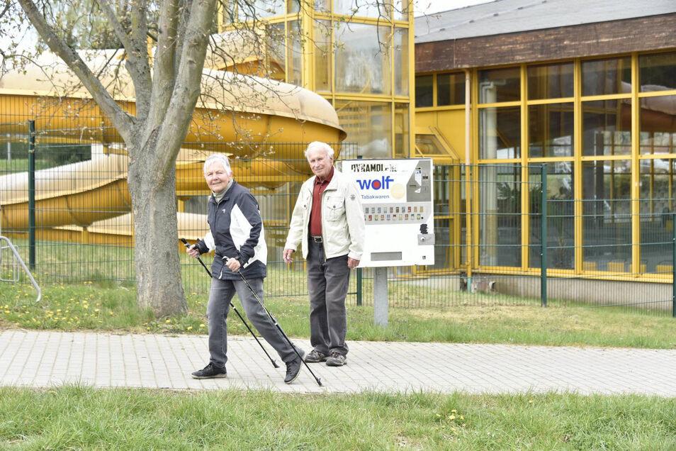 Familie Eckard aus Malter spaziert hier über das Gelände von Bad und Campingplatz. Bisher ist dort nicht viel los. Ab Montag öffnen aber die Campingplätze wieder.