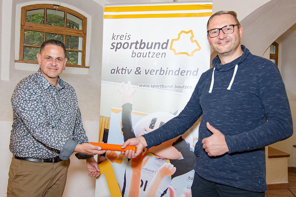 Harald Skopi (links) als neuer Bildungsreferent bei der symbolischen Staffelstabübergabe mit seinem Vorgänger Enrico Preißler.