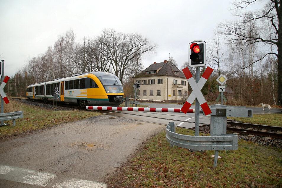 Die Triebwagen der ODEG - hier am Bahnübergang in Kodersdorf-Bahnhof - werden noch eine ganze Weile zwischen Görlitz und Cottbus verkehren. Erst in einigen Jahren wird man hier in ICE-Zügen reisen können.