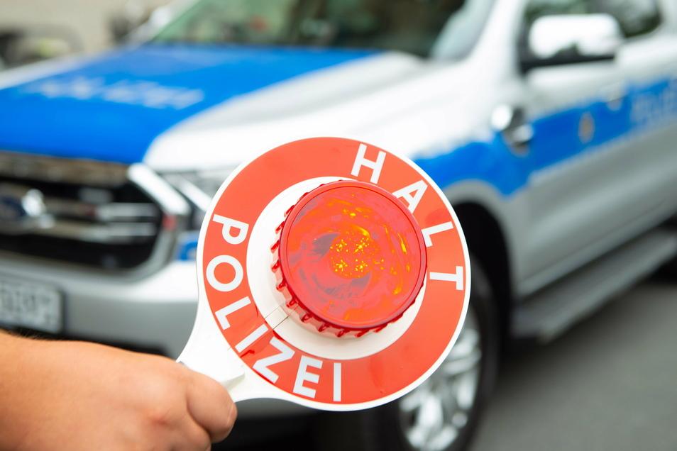 Die Dresdner Polizei ermittelt gegen einen 37-Jährigen, der drei Polizisten leicht verletzt hat.