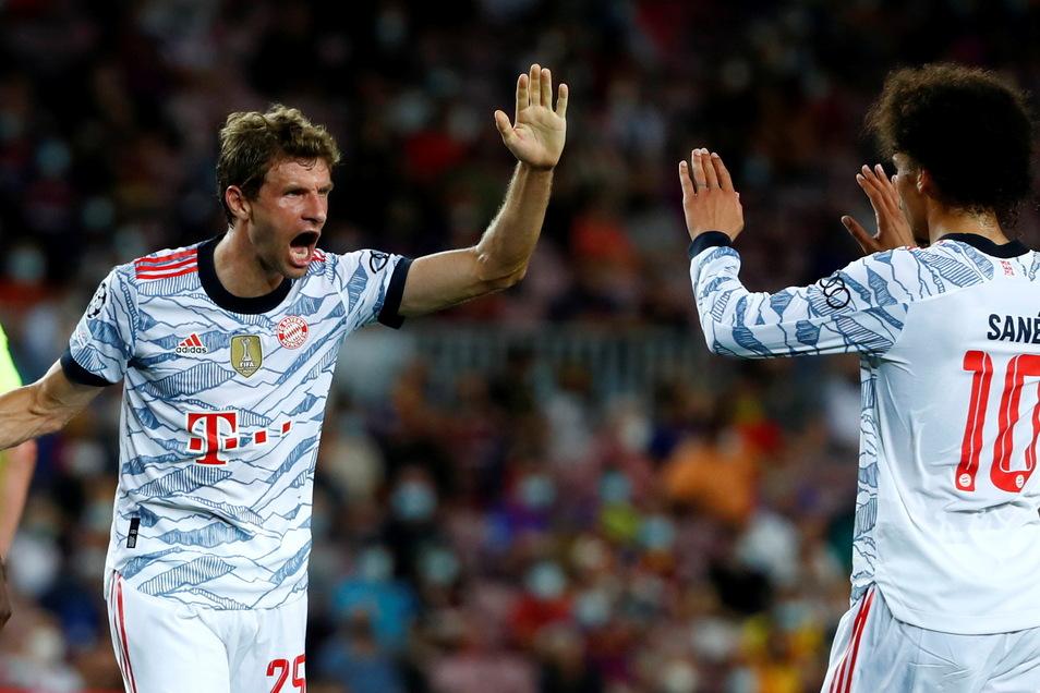 Thomas Müller klatscht nach seinem Tor zum 1:0 für die Bayerb mit Leroy Sané ab.