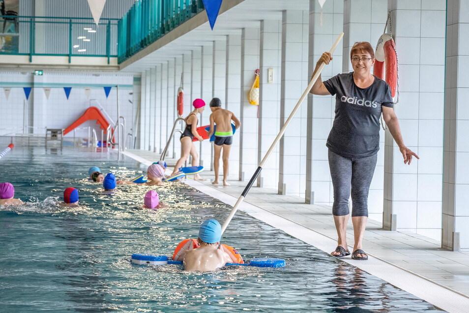 Betreut Schüler aus 14 Schulen: Grit Fischer leitet das Schulschwimmzentrum in Riesa.