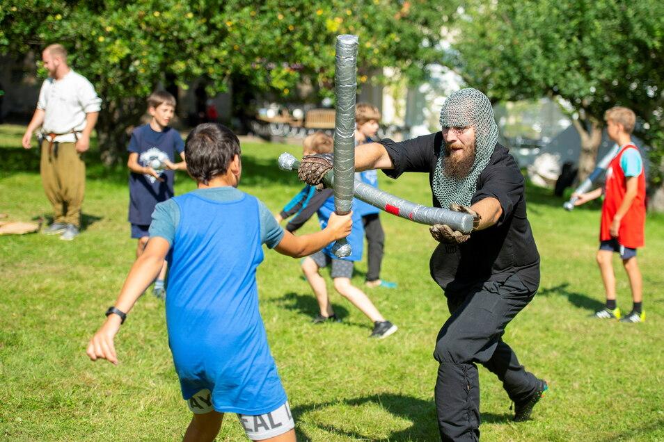 Im Ritterlager Skassa kämpft Ritter Micha der Verdorbene (r.) beim Juggern mit Schaumstoffschlägern mit einem Teilnehmer.
