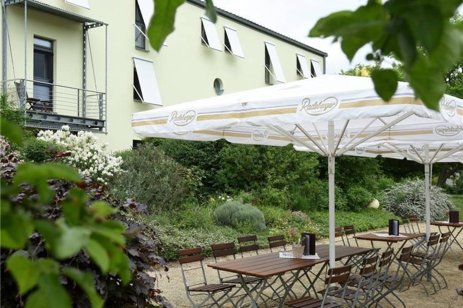 Hotel Moritz an der Elbe Das Haus ist ein ehemaliger Vierseithof und liegt direkt am Elberadweg. Heute bietet er Radtouristen eine gute Gelegenheit für eine Verschnaufpause.  Geöffnet: Biergarten und Café täglich ab 10 Uhr Preise: 0,5l Fassbier 3,90 Euro, 0,25l Wasser 2,10 Euro.  Spezialität: Landmenü mit sächsischen Spezialitäten