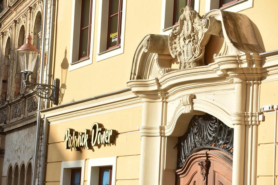 Der Namenszug passt optisch wunderbar zur Außenfassade mit dem Portaleingang.