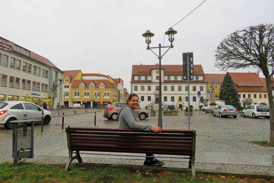 Lena Blinzler wohnt in Spremberg und arbeitet in der Kulturfabrik Hoyerswerda. Die 21-Jährige, hier unweit ihrer Arbeitsstelle vor dem Hoyerswerdaer Altstadt-Markt/Rathaus zu sehen, hat einen hilflosen Mann unterstützt. Für die junge Frau ist das selbs