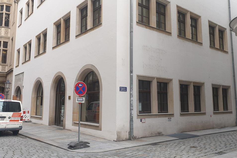 Hier erinnern nur noch Spuren an der Fassade an die Buchstaben, die den Namen St.-Benno-Buchhandlung ergaben.